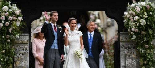 Pippa Middleton e James Matthews salutano la folla