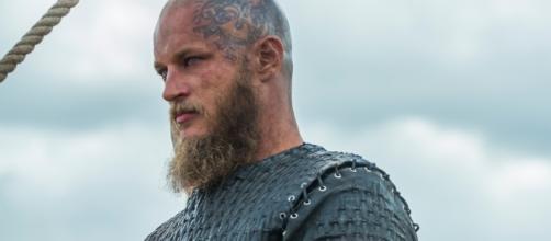 Ragnar, da série Vikings raspou os cabelos ao se tornar rei