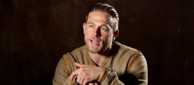 King Arthur' Photos Feature 'Hustler' Charlie Hunnam - screencrush.com