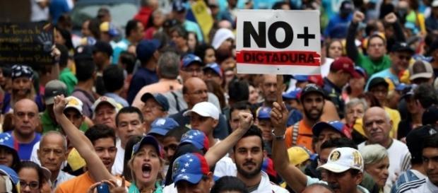 """Manifestantes protestam contra """"ditadura"""" na Venezuela"""