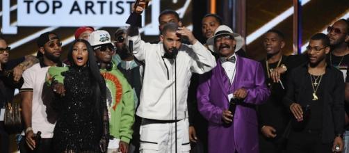 Drake receives the Top Artist award at the Billboard Music Awards. COURTESY : BillboardMusicAwards @BBMAs via Twitter