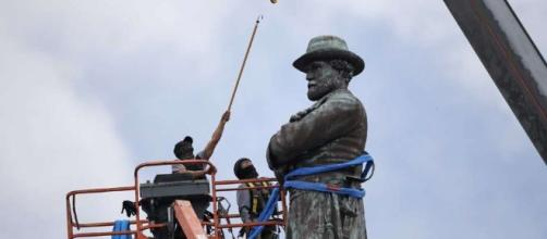 Gen. Lee the last Confederate statue removed in New Orleans - SFGate - sfgate.com