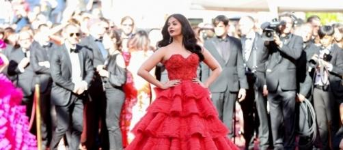 Red Alert! Aishwarya Rai Bachchan Steals The Show With Her Second ... - scoopwhoop.com