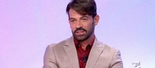 Uomini e donne, Gianni Sperti offeso da un ex tronista.