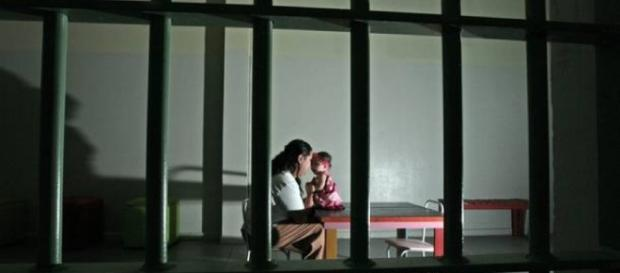 Camila, uma das 11 detentas da Penitenciária Feminina de Pirajuí, interior de São Paulo, com sua filha (Foto: Epitacio Pessoa/Estadão Conteúdo)
