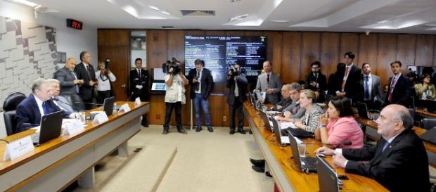 Governistas e oposicionistas se exaltaram sobre ler ou não ler relatório da Reforma Trabalhista. Foto: Pedro França/Agência Senado.