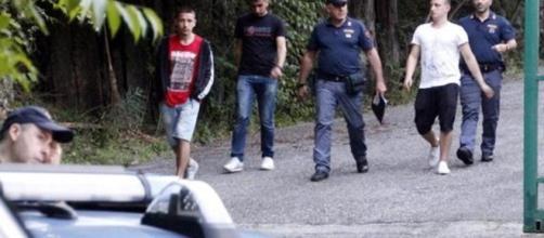L'arrivo sul posto degli amici dei due ragazzi trovati morti in una cava dismessa a La Spezia.