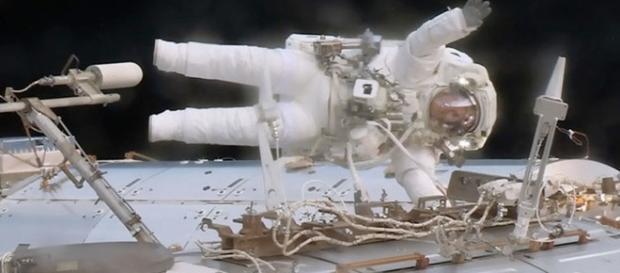 Astronauta Jack Fischer acena feliz durante caminhada espacial (NASA)