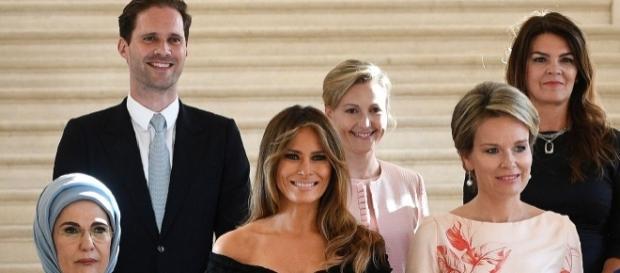 Fotografia com o marido e esposas de líderes mundiais na reunião da Otan, em Bruxelas