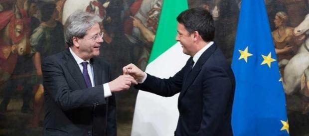 Paolo Gentiloni e Matteo Renzi si scambiano la campanella