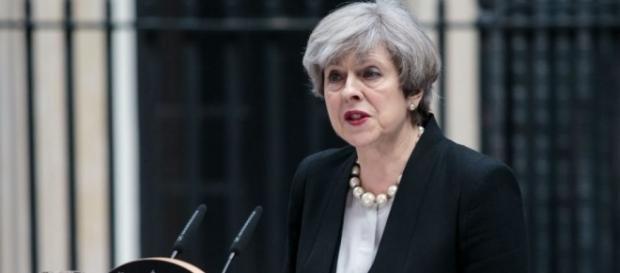 """Theresa May anunciou que o governo britânico elevou o grau de ameaça de terrorismo ao """"nível crítico"""""""