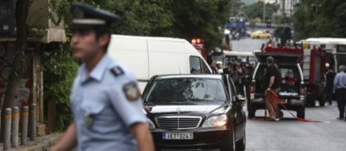 Ex premier e banchiere della Grecia Lukas Papademos coinvolto in esplosione di pacco bomba ad Atene: gravi ferite ma no pericolo di vita