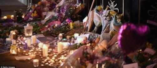 Thousands of people all over the world mourn the death of 22 individuals after Manchester attack. (dailymail.com)