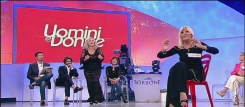 Uomini e Donne: scontro tra Tina e Cipollari dopo l'intervista doppia di Signoretti