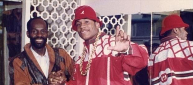 Dapper Dan con il rapper LL Cool J nella sua boutique, mentre indossa una giacca Gucci