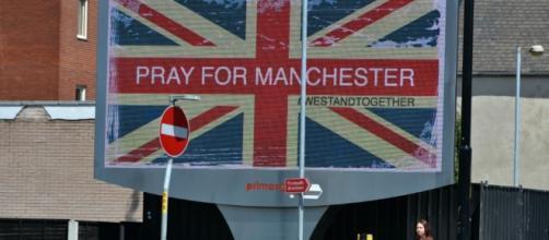 Atentado em Manchester durante concerto de Ariana Grande deixa 22 mortos e mais de 50 feridos, incluindo crianças