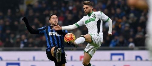 Domenico Berardi in uno scontro di gioco con Danilo D'Ambrosio.