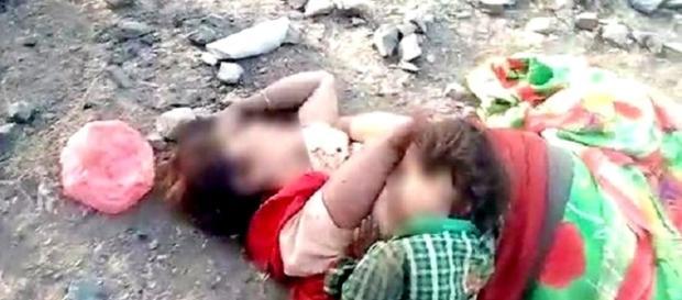 Imagem de bebê tentando mamar na mãe morta revela toda a crueldade do ser humano no séc. XXI