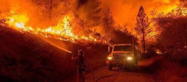 Incêndio avança em quatro frentes activas