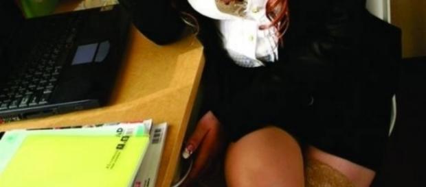Professora casada tem relações sexuais com aluno.