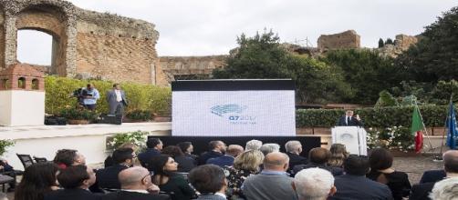 Le 22 octobre 2016, le président du conseil italien, Matteo Renzi, présente le logo du sommet de 2017