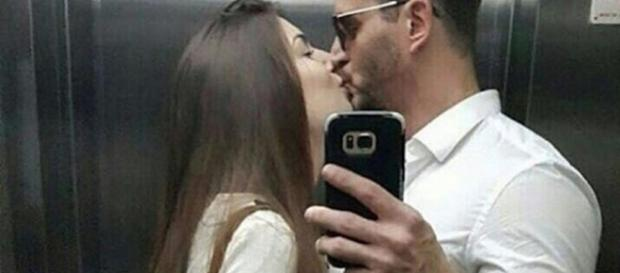 Marcos aparece beijando mulher em foto (Foto: Reprodução/Instagram)