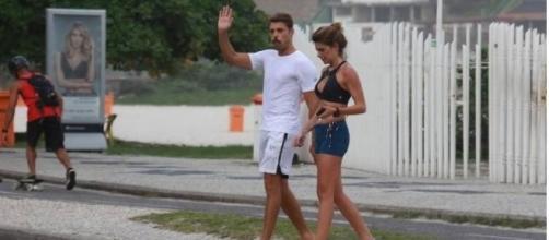 Grazi surge ao fundo da foto de Cauã e namorada, e internautas não perdoam