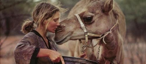 Robyn Davidson insieme ad un suo cammello.