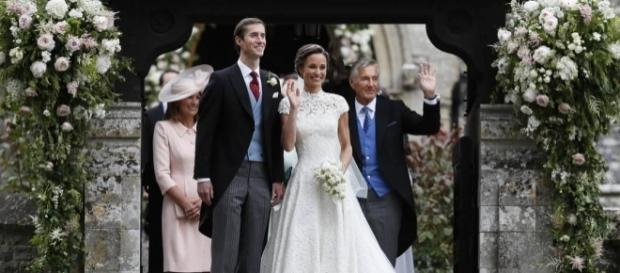 Pippa Middleton e James Matthews saudando os presentes