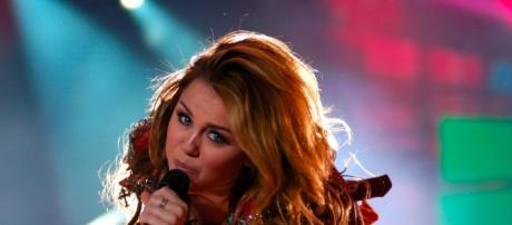 Pop singer Miley Cyrus performing / Photo by https://upload.wikimedia.org/wikipedia/commons/4/45/Miley_Cyrus_-_Gypsy_Heart_Tour_-_Santiago_02.jpg