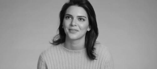 """Kendall Jenner propone la moda de los pantalones blancos. Foto vía """"W Magazine"""""""