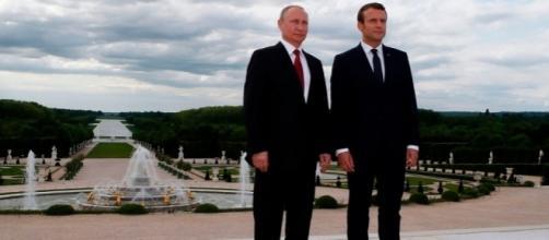 Vladimir Putin ed Emmanuel Macron ai giardini di Versailles prima dell'atteso confronto
