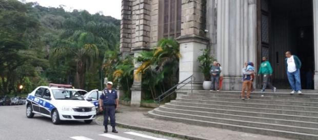 Policiais reforçam a segurança da população na cidade de Petrópolis