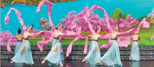 'Han Dynasty Sleeves,' Classical Chinese dance. Photo: Courtesy of Shen Yun Performing Arts, used with permission.