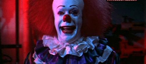 Movies.InfiniteCoolness.com - Stephen King's IT - Pennywise The Clown - infinitecoolness.com