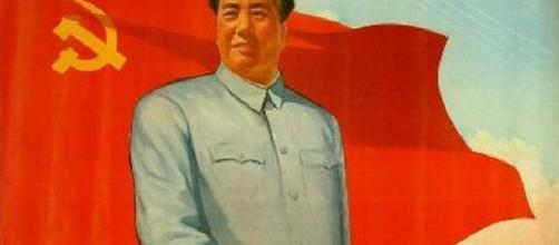 Retrato de Mao Tse-Tung con la bandera comunista.