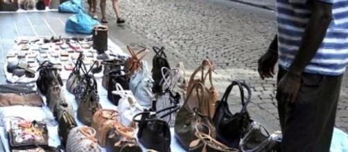 Roma, senegalese ambulante muore durante blitz della polizia municipale.