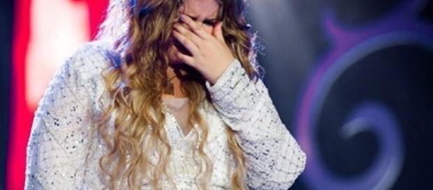 Cantora Marília Mendonça chora durante show