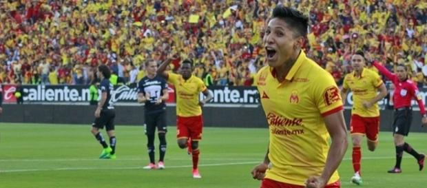El delantero del Morelia, Raúl Ruidíaz festeja uno de los tres tantos que le metió a Pumas el sábado pasado. (vía twitter - Yo Deportivo.com).