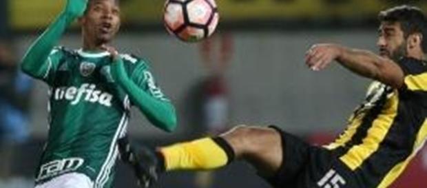 Tchê Tchê briga por bola no Uruguai