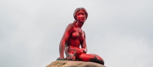 Copenaghen: statua della sirenetta imbrattata di rosso contro caccia alla balena