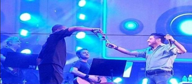 Bruno, da dupla Bruno e Marrone, fica bêbado durante show (Foto: Reprodução)