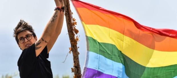 La comunidad gay da sus primeros pasos para salir del armario en ... - elpais.com