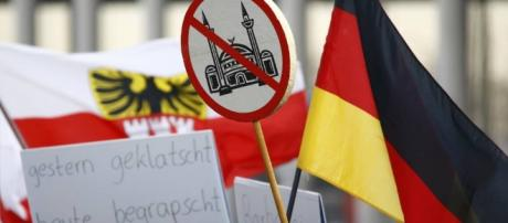 Colonia: in piazza femministe, islamofobi e antirazzisti - Corriere.it - corriere.it