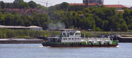 Una nave fluviale da carico del progetto Prominent su un fiume europeo.