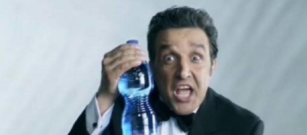 Flavio Insinna in un'immagine dello spot sospeso