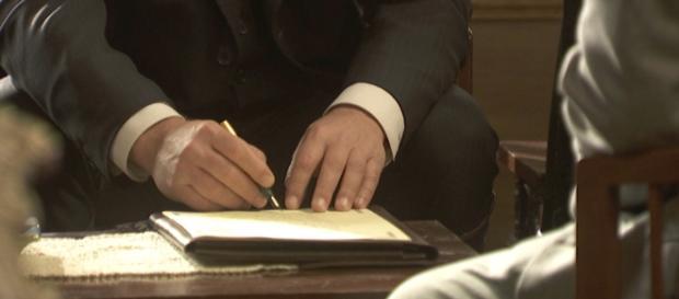 Mauricio firma i documenti per il matrimonio