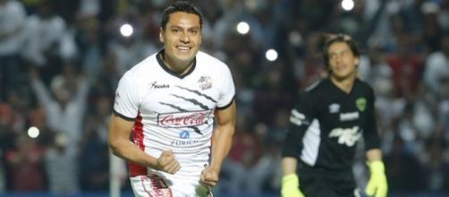 Omar Tejeda festeja después de anotar el 1-1 parcial, atrás, el portero de Juárez, Cirilo Saucedo. (vía twitter - Deporte Hoy).