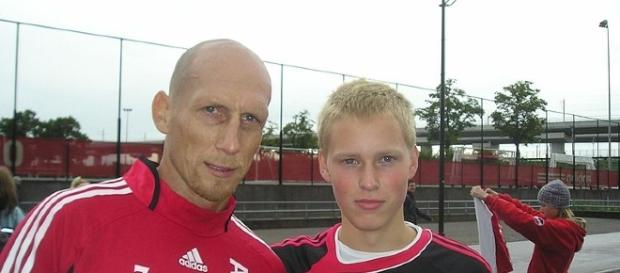 Jaap Stam meets a fan / Photo sourced via Wiki creative commons