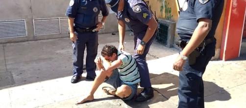 Guardas agridem morador de rua (Foto: Reprodução/Vídeo)
